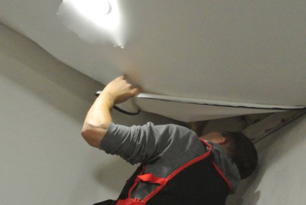 Как снять натяжной потолок своими руками с сохранением полотна