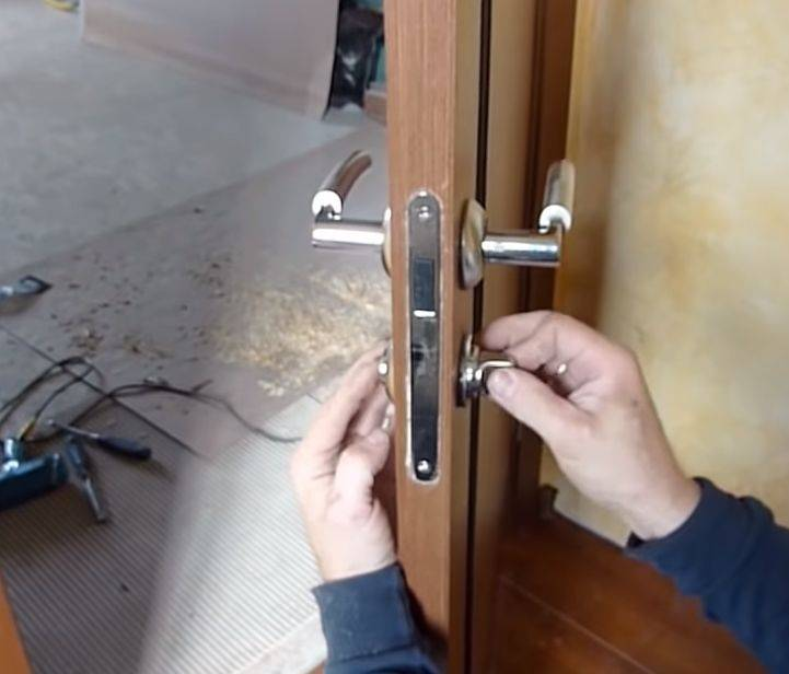 Врезка замка в межкомнатную дверь (34 фото): как врезать и установить устройство своими руками? монтаж дверных замков с помощью фрезера