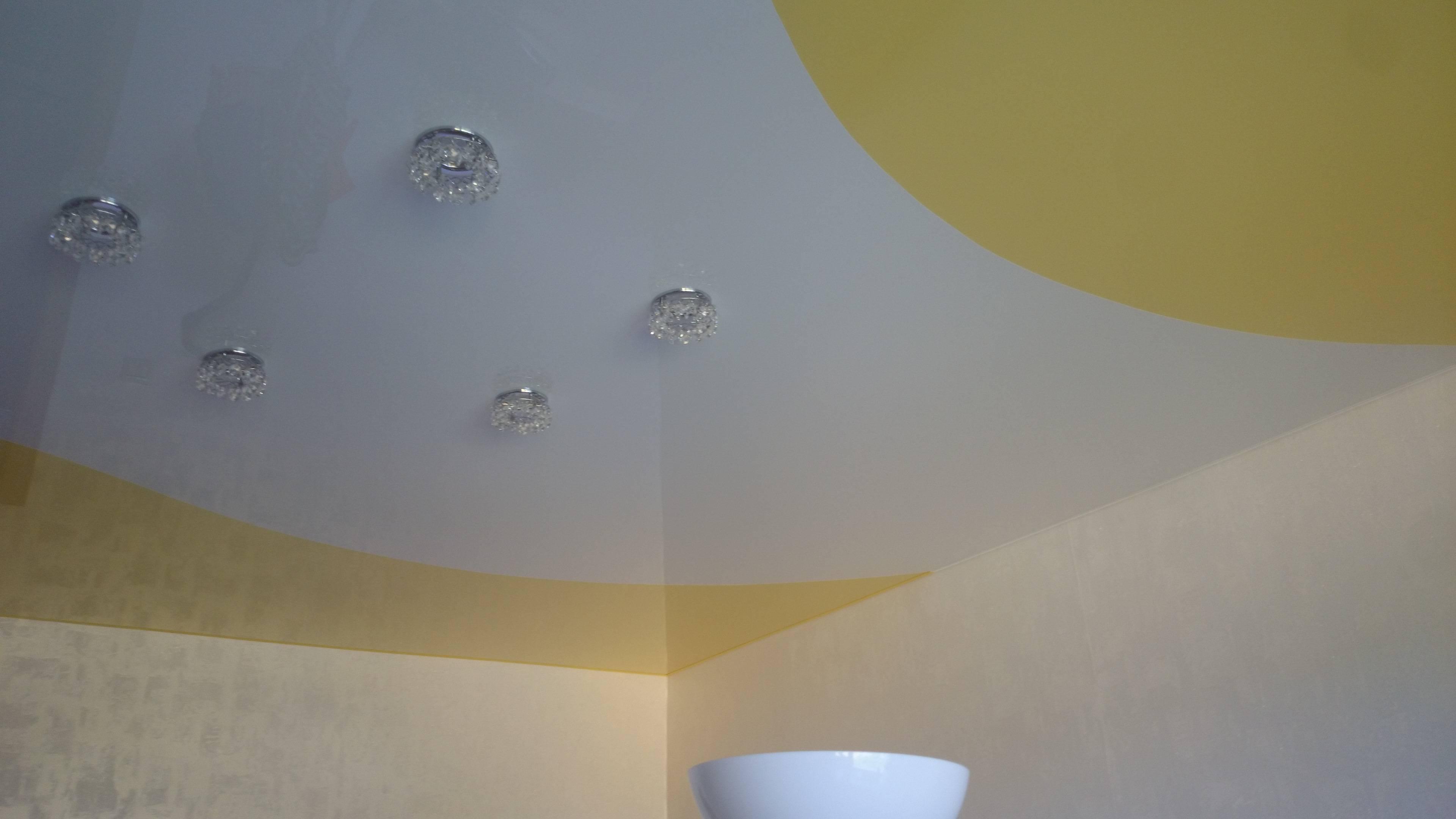 Натяжные потолки двух цветов - одноуровневые со спайкой и комбинированные