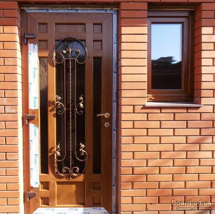 Уличные входные пластиковые двери для частного загородного дома со стеклом