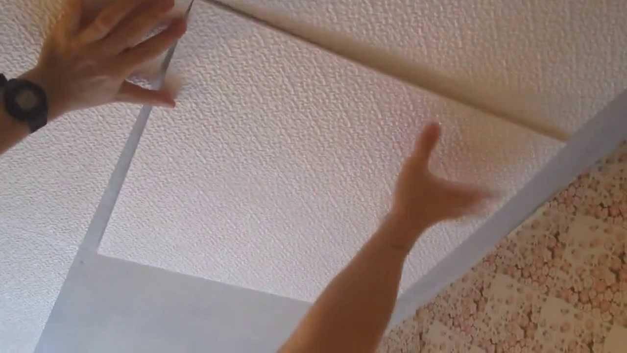 Можно ли клеить потолочную плитку на плитку, побелку и другие покрытия: инструкция, видео и фото