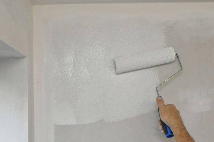 Покраска потолка валиком: хитрости в числе 4 штук, которые помогут вам достичь идеального результата