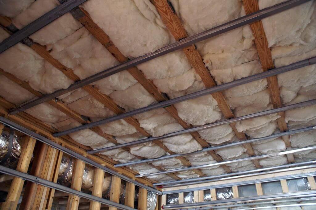 Чем обшить потолок в деревянном доме внутри: 5 современных вариантов