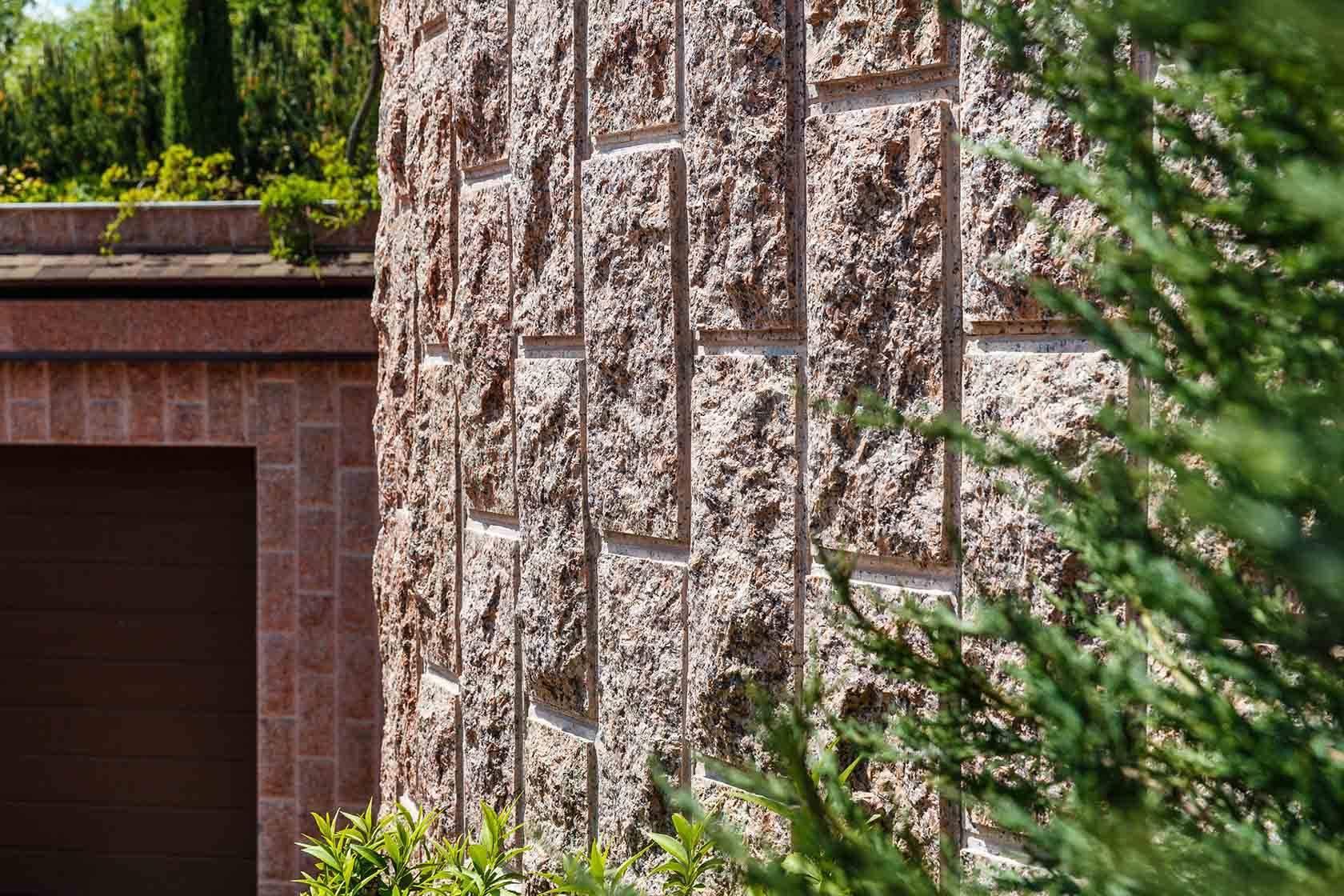 Облицовка фасада дома натуральным природным камнем