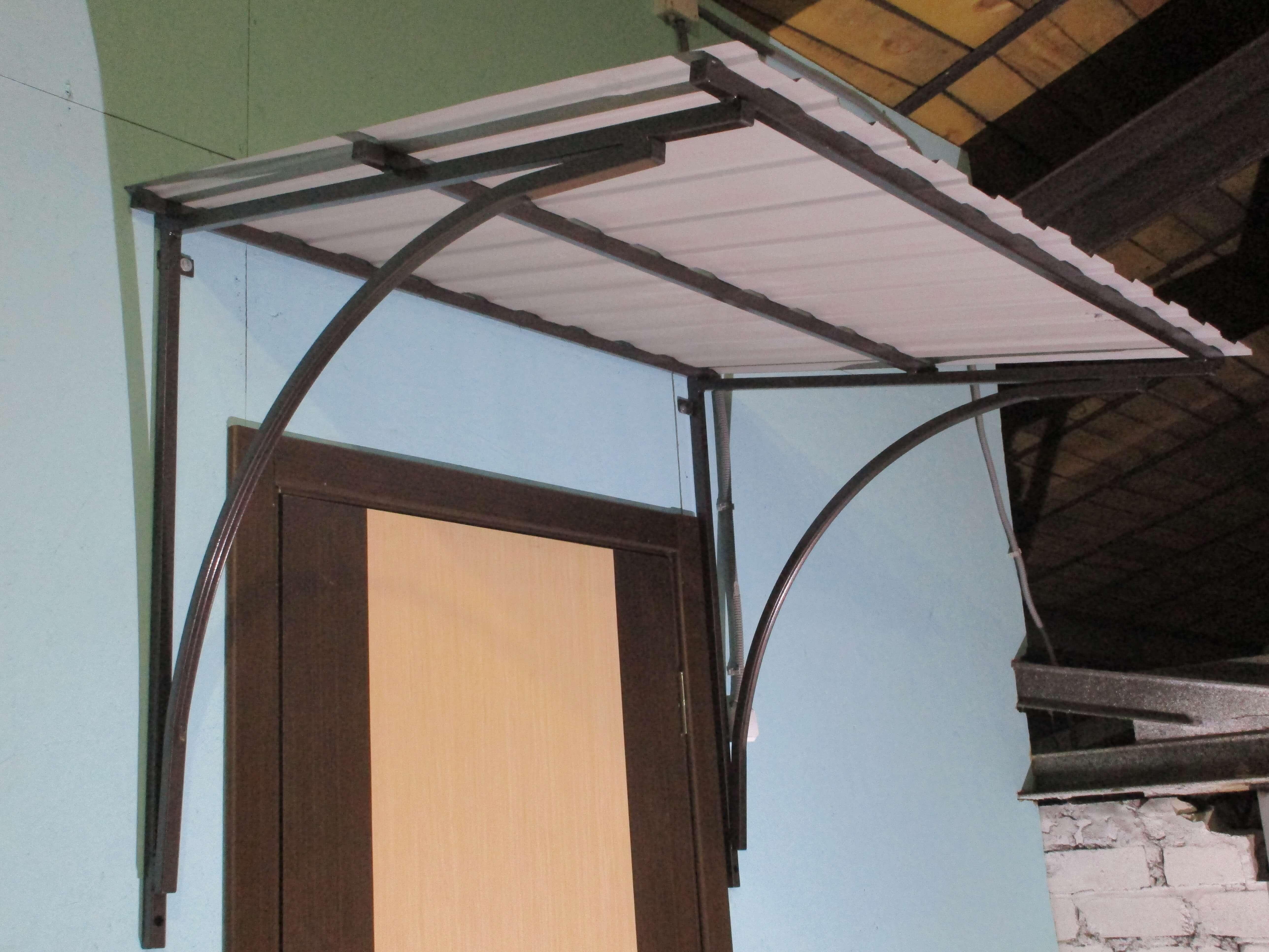 Строительство навеса над крыльцом частного дома – фото и обзор разных козырьков