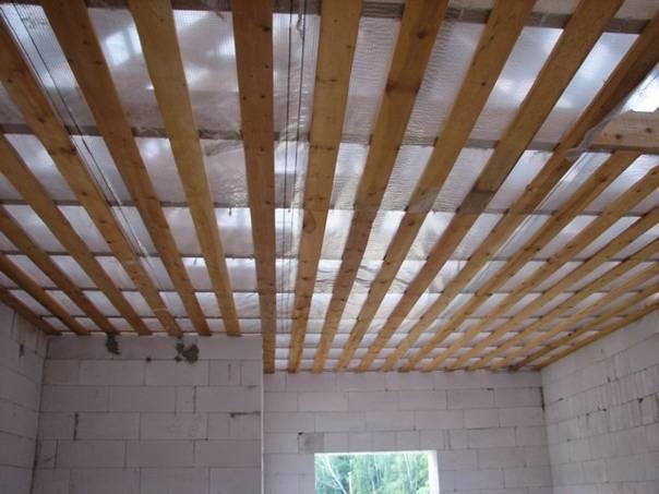 Подшивка чернового потолка по деревянным балкам в частном доме – stroim24.info