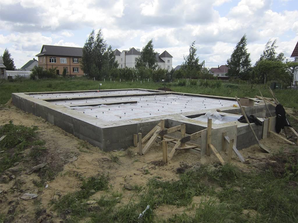 Какой фундамент лучше для дома из газобетона, бруса и кирпича — выбираем лучший вариант