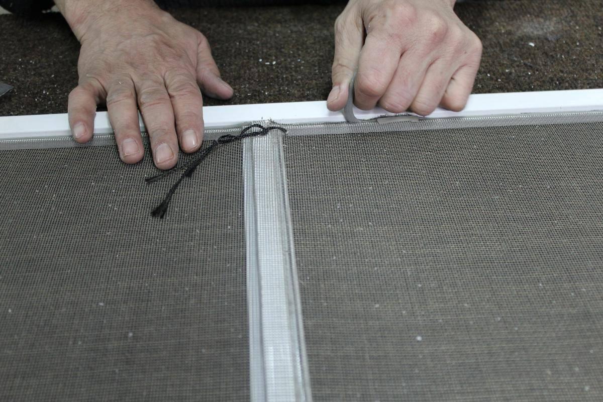 Ремонт москитной сетки пластикового окна своими руками.