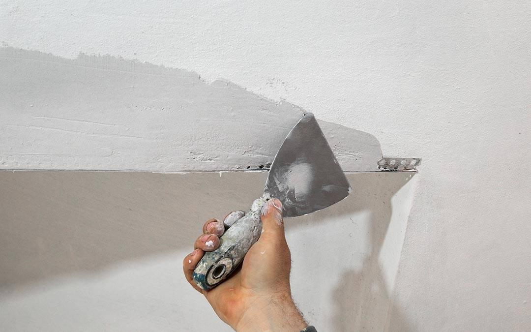 Как шпаклевать потолок своими руками: инструкция для новичка