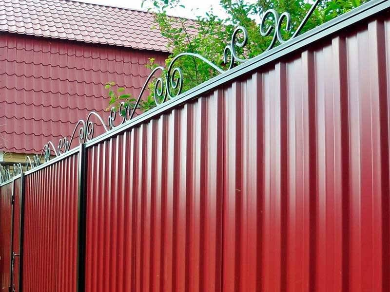 Красивые заборы для частных домов — фото интересных изгородей
