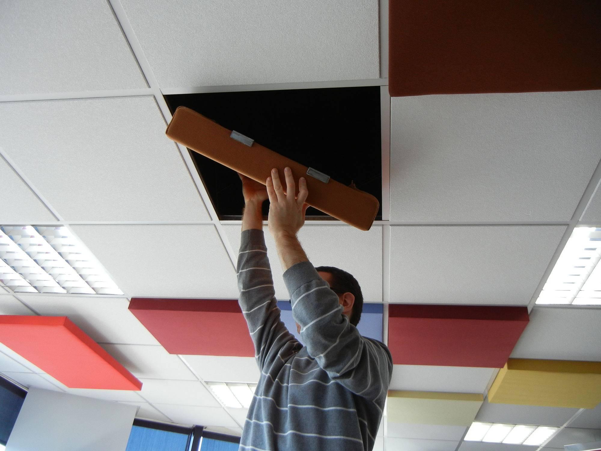 Акустические потолки натяжные: звукоизоляционная плитка и звукопоглощающие панели