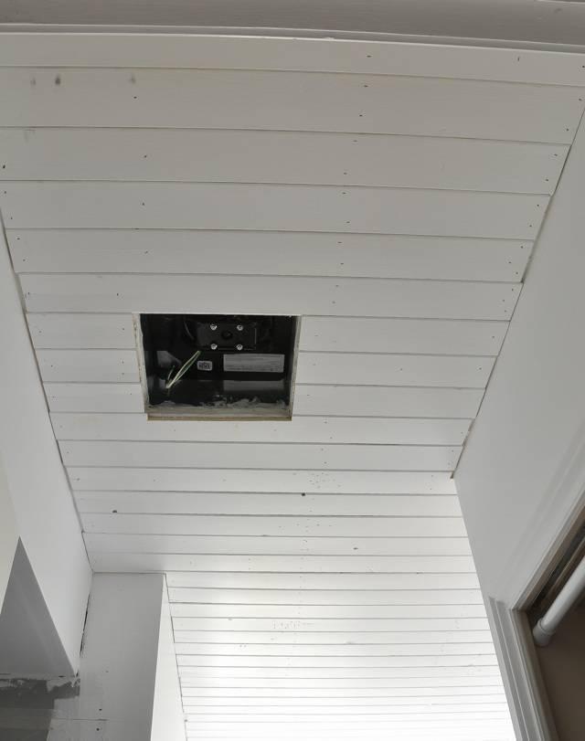 Как подшить потолок сайдингом?