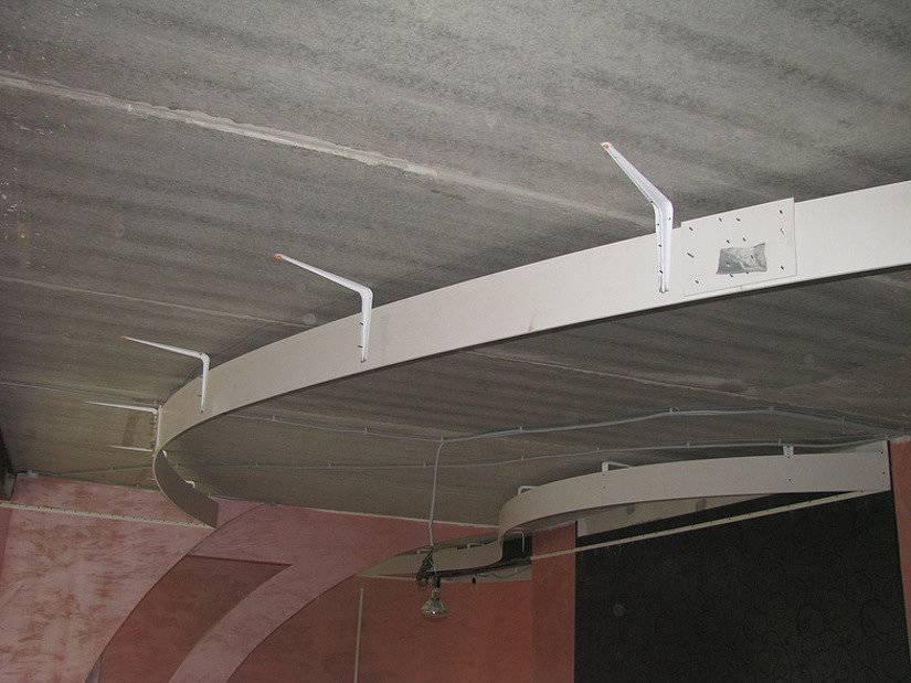 Двухуровневый потолок с подсветкой (53 фото): двухъярусные конструкции потолочных покрытий, варианты освещения скрытой светодиодной лентой