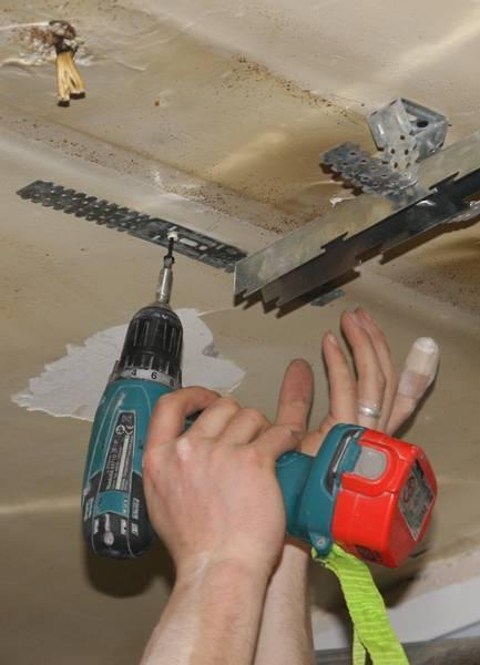 Демонтаж подвесного потолка: как разобрать реечную конструкцию, как снять изделие из пластиковых панелей своими руками