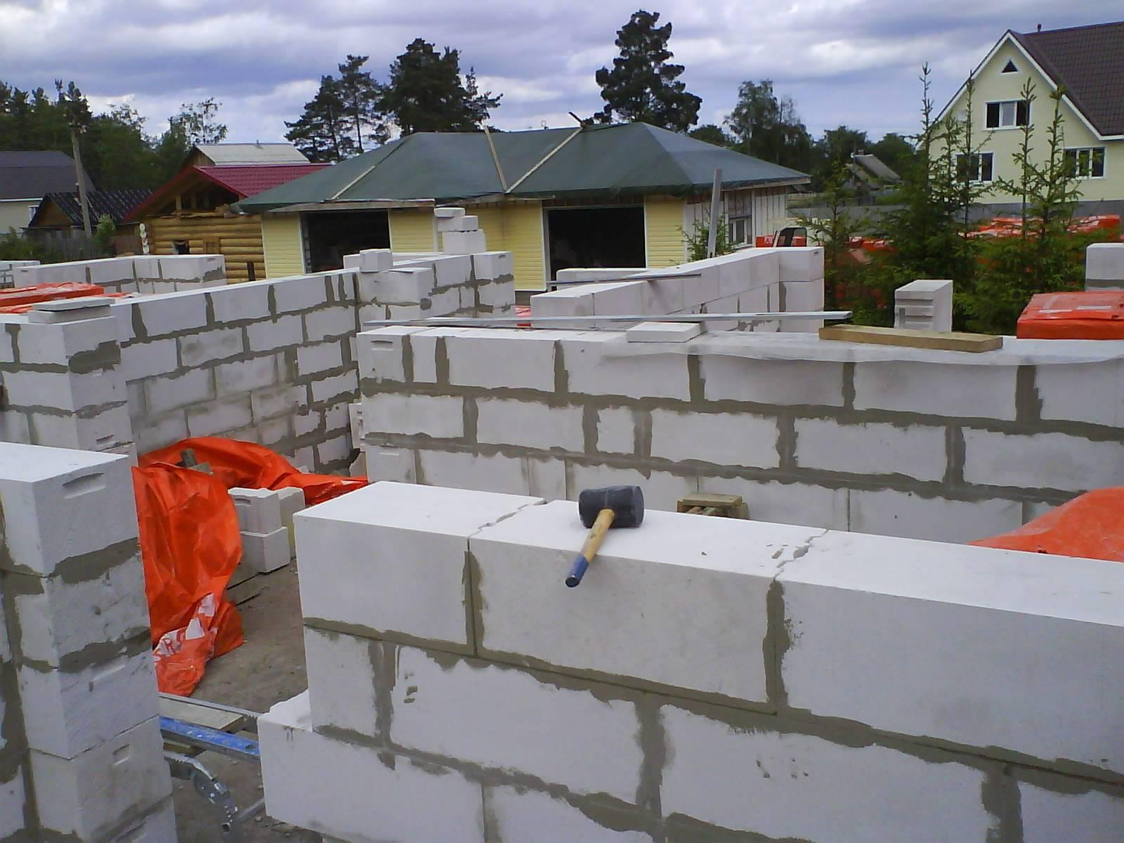 Что лучше для малоэтажного строительства — газосиликатные или пенобетонные блоки