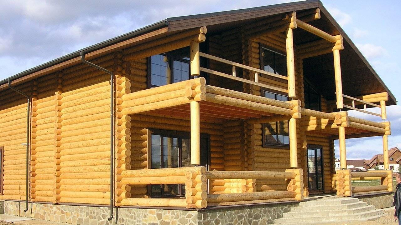 Деревянные дома из оцилиндрованного бревна – их преимущества и недостатки + видео