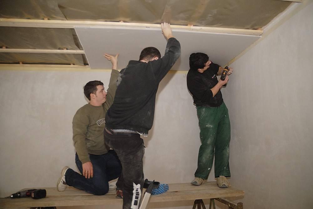 Какой потолок лучше для детской из гипсокартона или натяжной