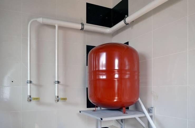 Принцип работы расширительного бака в системе отопления. расчет объема, особенности установки и эксплуатации