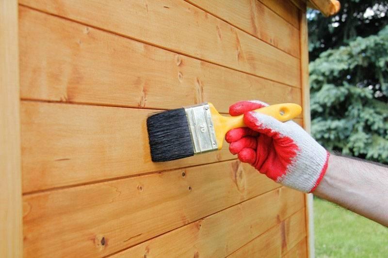Чем покрасить деревянный дом снаружи: выбор краски, технология выполнения работ (фото)