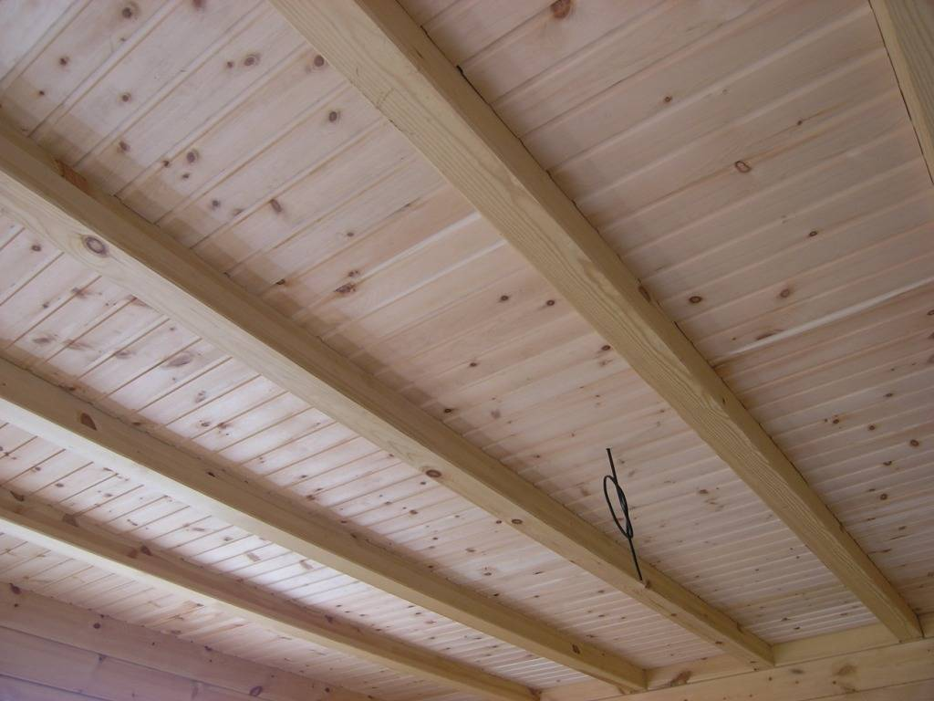 Чем обшить потолок в деревянном доме – лучшие решения