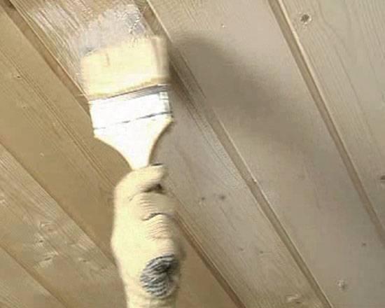 Советы по покраске деревянного потолка