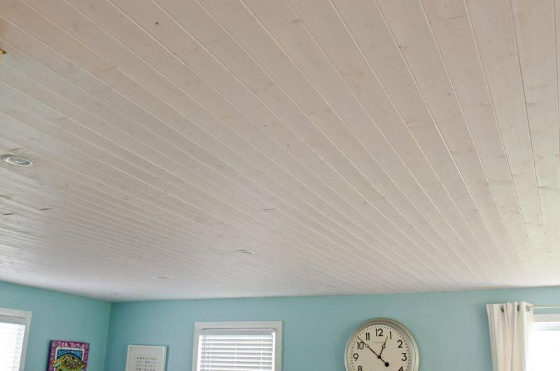 Деревянный потолок — как его красить?