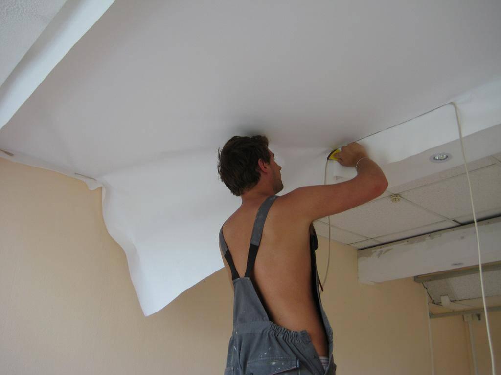 Ремонт натяжных потолков после пореза: как заделать дырку и чем заклеить полотно