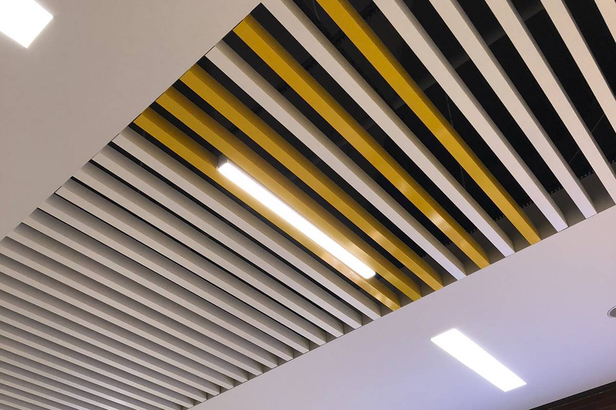 Устройство и монтаж реечного алюминиевого потолка