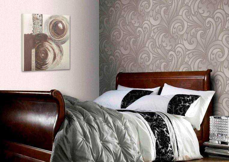 Разберем какие обои выбрать для спальни — вариации цвета и материалов