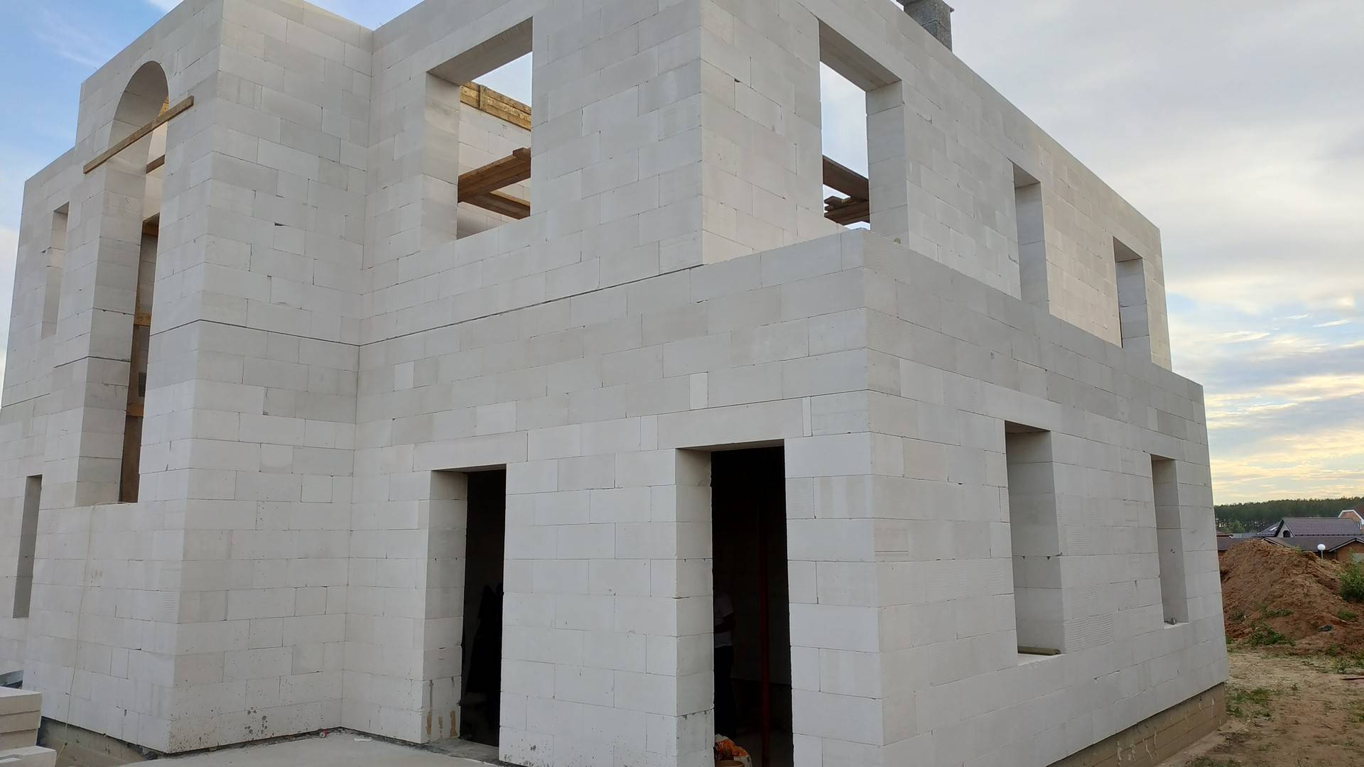 Рекомендации по самостоятельному строительству дома из газобетонных блоков — от фундамента до кровли