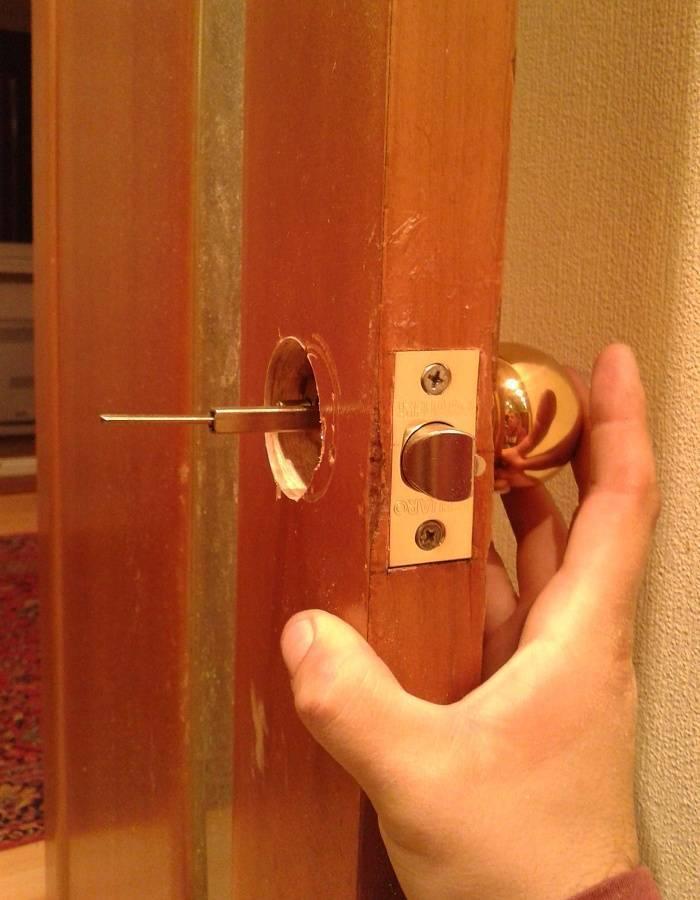 Как врезать замок в деревянную входную и межкомнатную дверь своими руками: видео