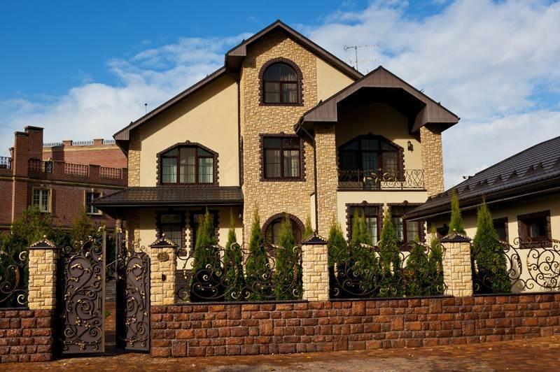 Отделка фасада частного дома (117 фото): идеи-2020 и примеры наружной облицовки, способ отделать внешние стены натуральным камнем и разновидности облицовочных работ