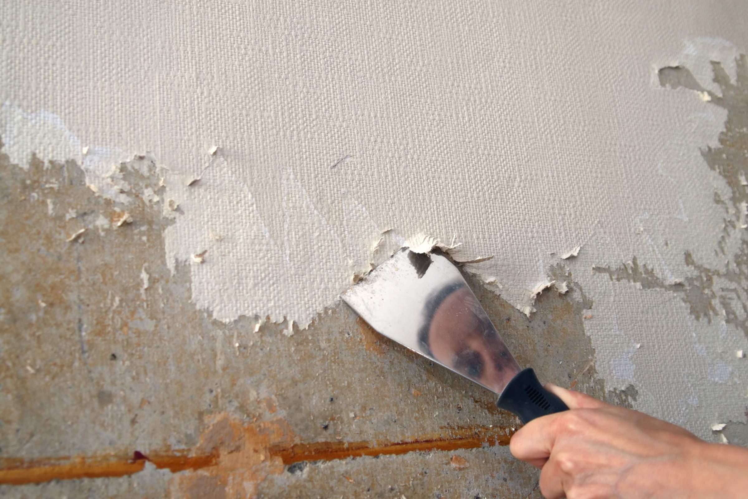 Как с помощью шпаклевки выровнять потолок?
