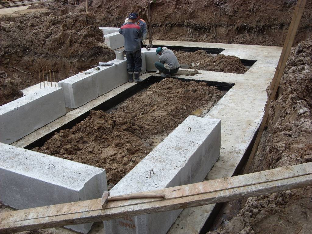 Что лучше — фундаментные блоки или ленточный фундамент?