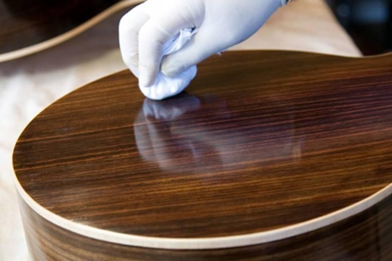 Известные 3 дешёвых способа удаления царапин с лакированной мебели: грецким орехом, воском и кремом
