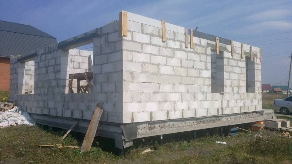 Ленточный фундамент на сваяхдля дома из газобетона, пеноблоков