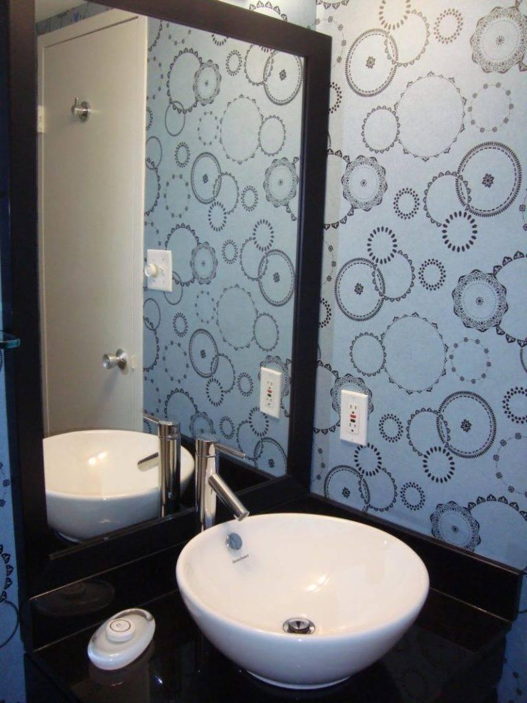 «какие обои выбрать для интерьера ванной комнаты?»
