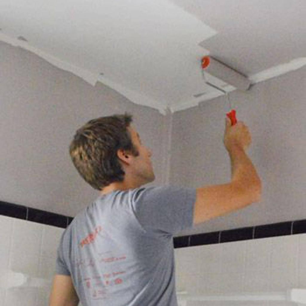 Чем покрасить потолок ванной: какую краску лучше выбрать