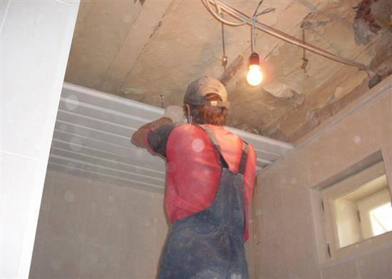 Как разобрать реечный потолок в ванной комнате
