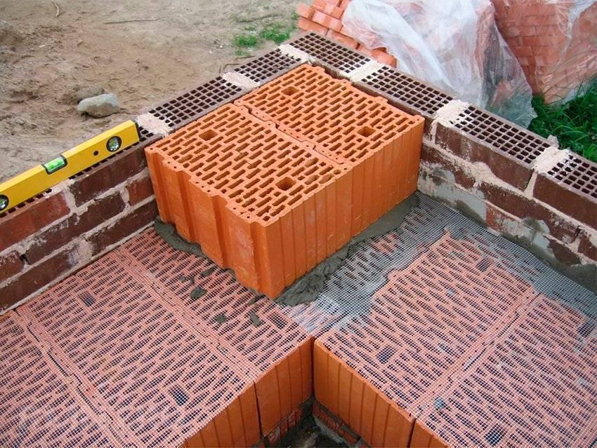 Поризованный кирпича: виды, характеристики, особенности кладки и строительства дома из поризованного кирпича