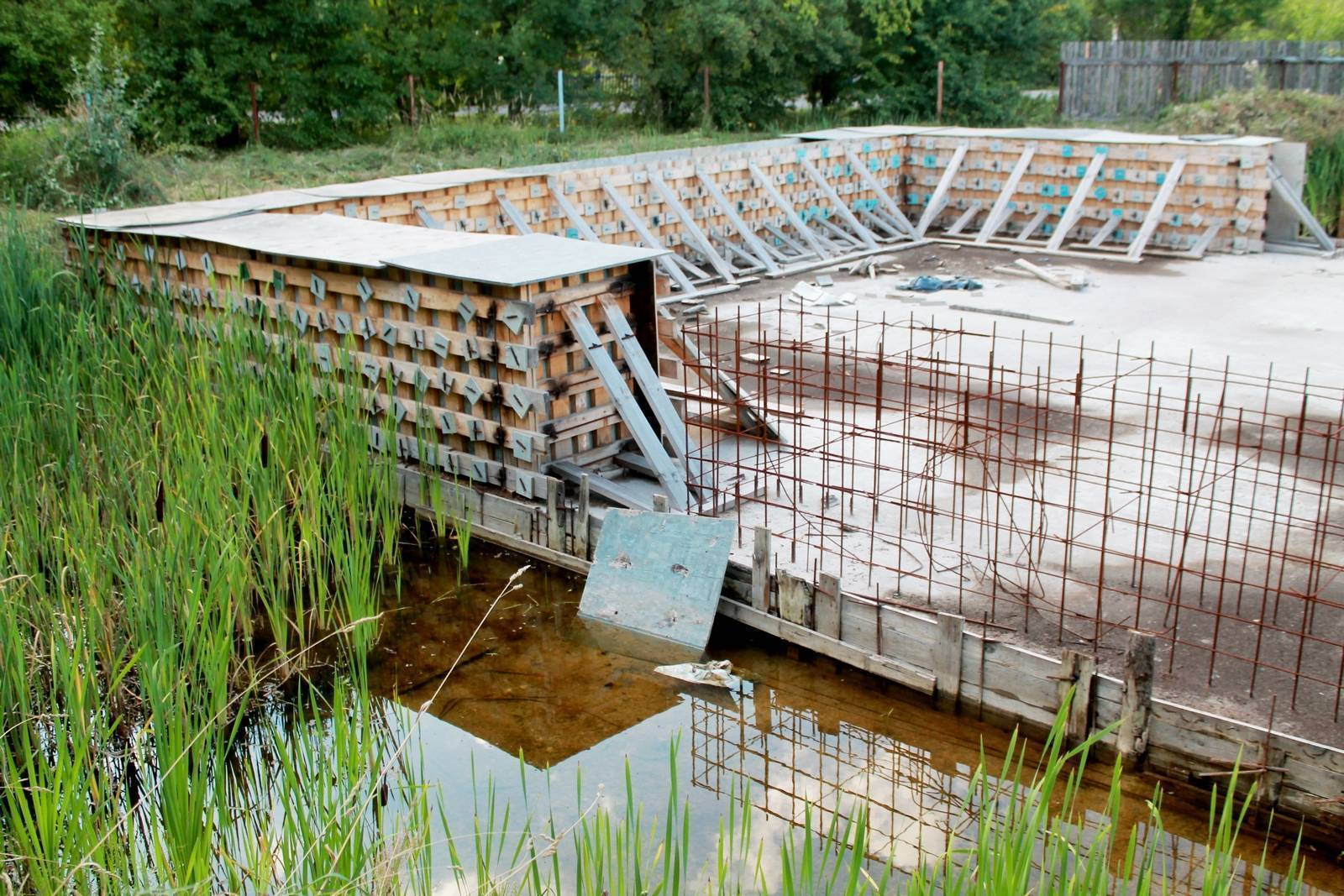 Фундамент на болоте — какой выбрать и как правильно построить
