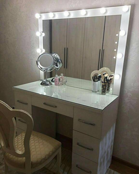 Туалетный столик с зеркалом: фото, современный вариант для спальни с подсветкой