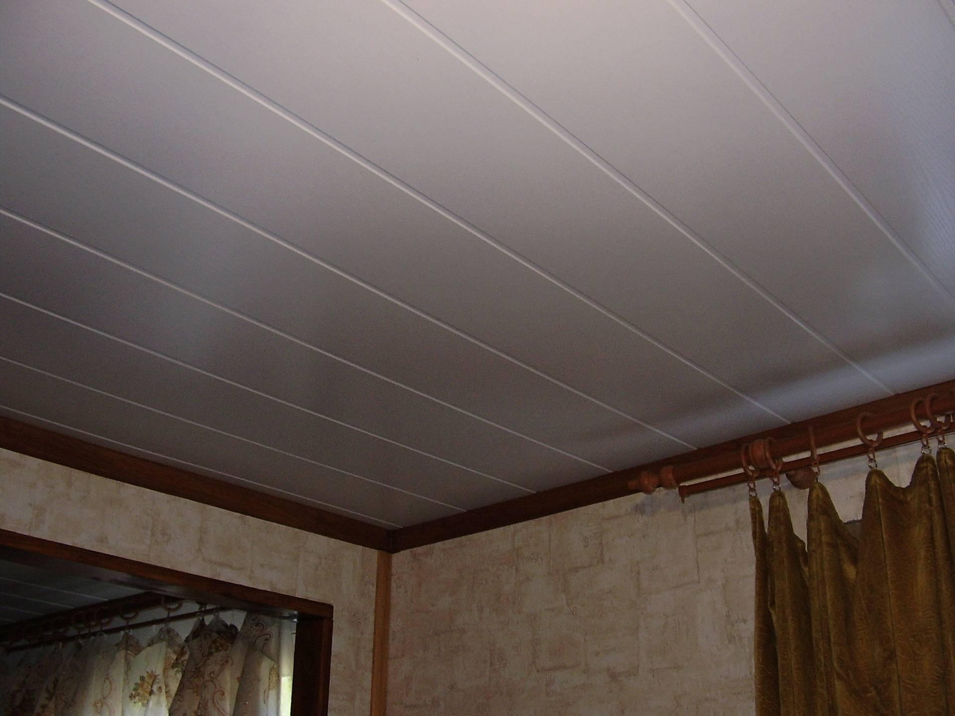 Потолок из сайдинга в ванной комнате