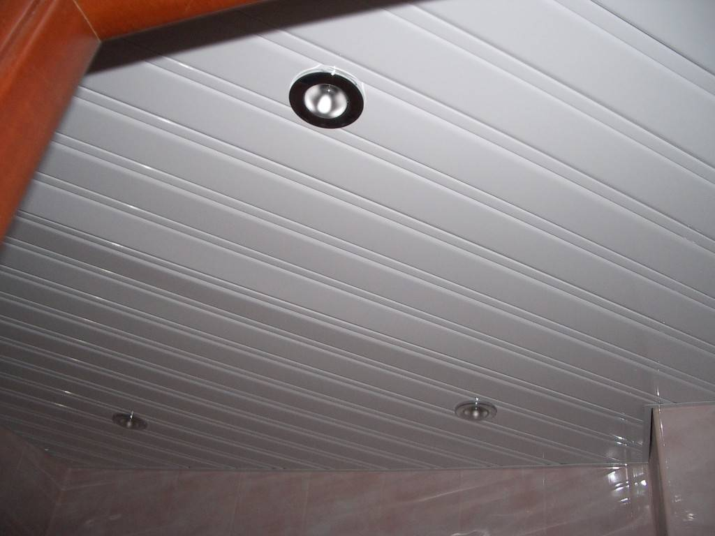 Реечные потолки в ванной комнате – плюсы и минусы, монтаж