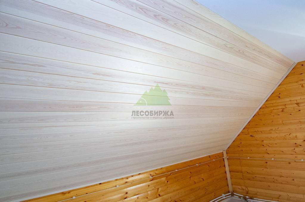 Вагонка белая на потолке и стенах