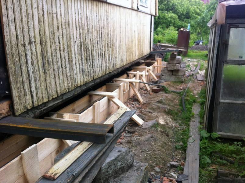 Ремонт фундамента: реконструкция старого основания деревянного дачного дома винтовыми сваями своими руками, восстановление и усиление свайной конструкции