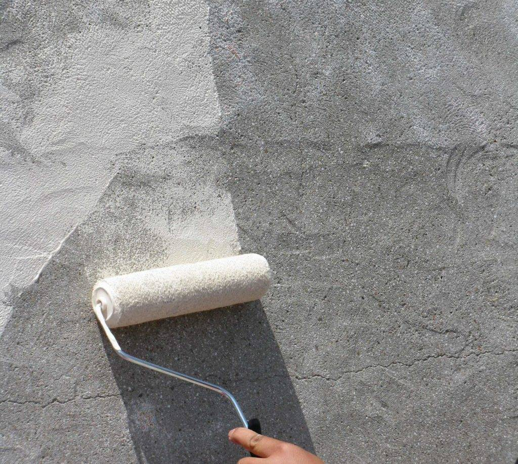 Грунтовка стен перед штукатуркой: нужно ли обрабатывать на гипсовой, кирпичной или бетонной стене перед штукатуркой, и какие требования к поверхности перед нанесением фактурной смеси