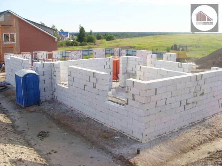 Строить ли дом из газобетонных блоков? плюсы и минусы строительства