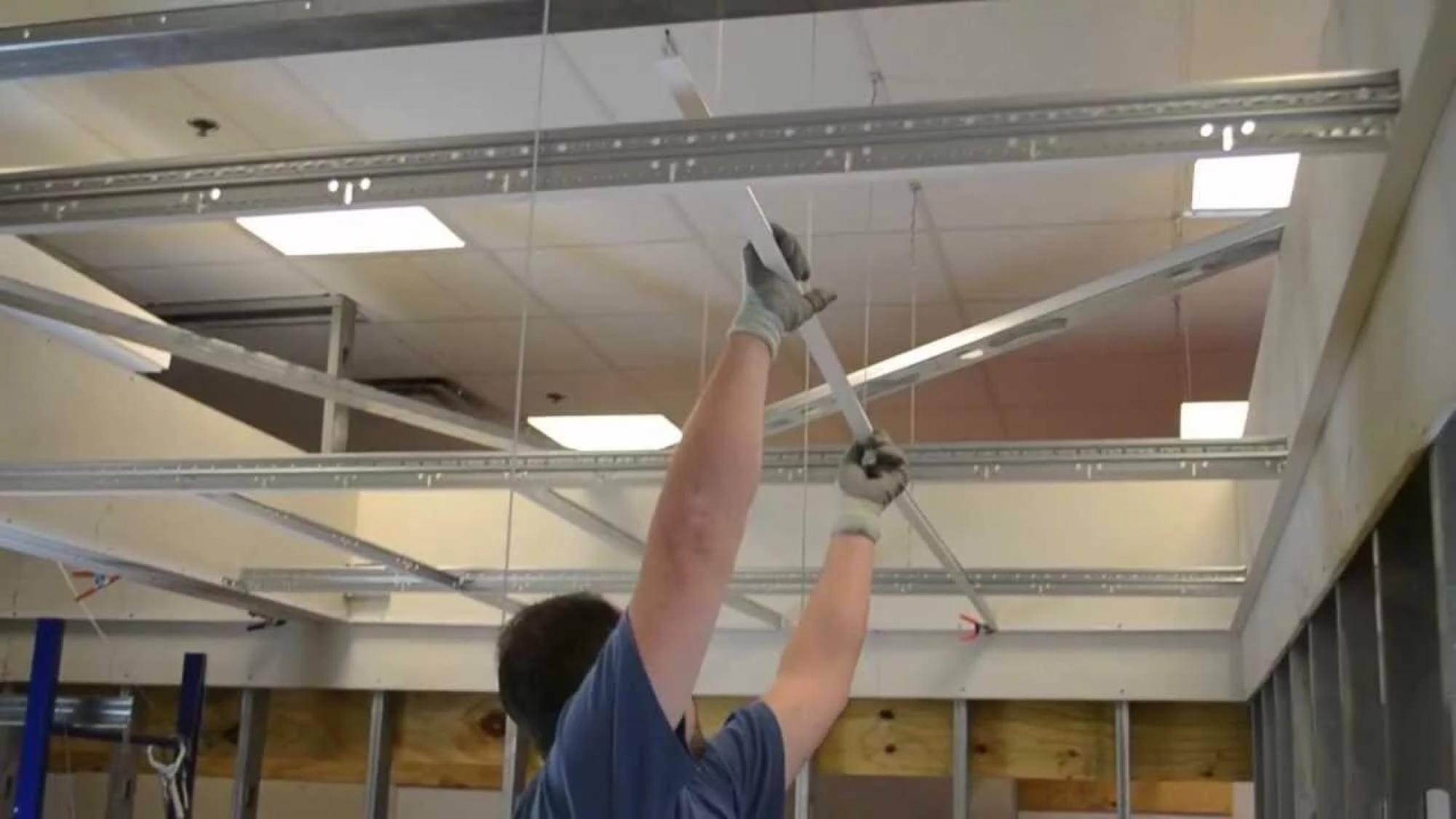 Монтаж подвесных потолков армстронг своими руками: расчет потолка, крепление и сборка