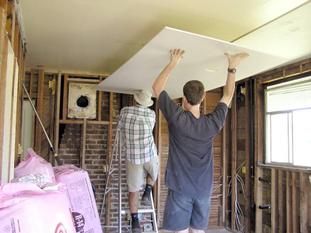 Гипсокартон на деревянный потолок: особенности конструкции и монтажа